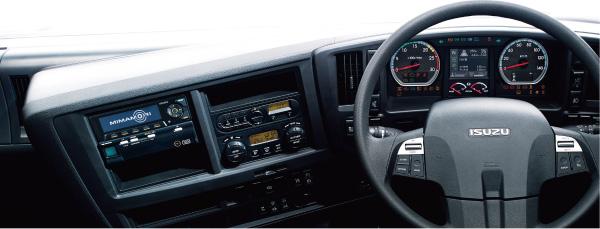 より安全で負担のない操作を可能にする、ステアリングスイッチを国内大型トラックで初めて採用